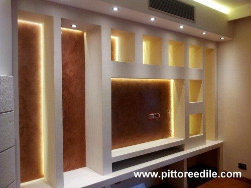 Nicchie in cartongesso e parete tv salone stucco for Parete in cartongesso con porta