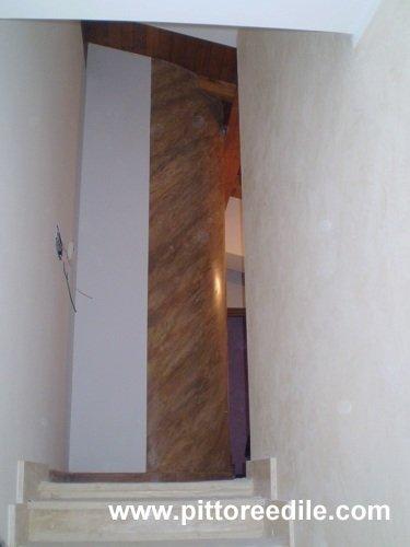 Parete curva cartongesso cabina armadio decorata a stucco veneziano finto mar...